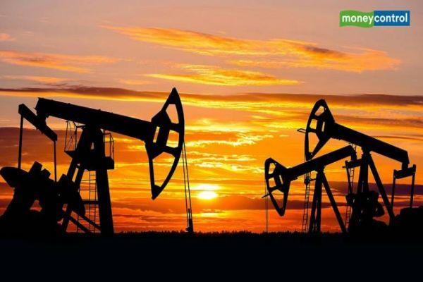 Crude oil futures fall on weak global cues