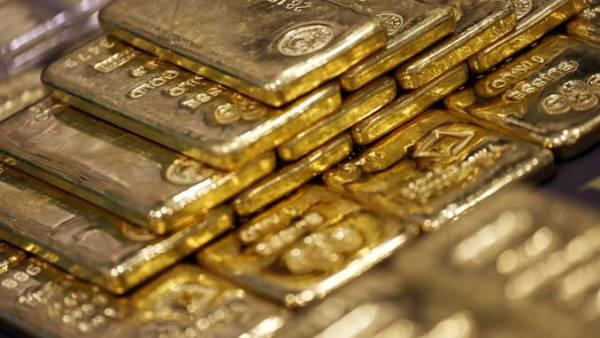 Gold steadies after 2% slide but firmer dollar limits upside